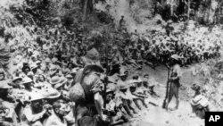 지난 1942년 일본이 미군 해병대 출신 전쟁 포로들이 강제노역시킨 가운데 일본 군인들이 감독하고 있다. 일본의 대기업 미쓰비시 사는 19일 2차 세계대전 중 미군 포로들을 강제노역에 동원한 데 대해 공식 사과했습니다.