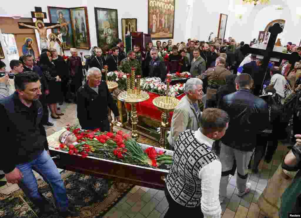 Dân Ukraine khiêng quan tài của một người bị thiệt mạng trong vụ nổ súngở Slovyansk, ngày 22/4/2014.