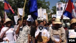 Hundreds of housing rights protesters and evictees clashed with security forces outside Phnom Penh on Monday, leaving at least nine people with minor injuries.