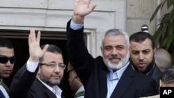 埃及總理甘迪勒(左)星期五在加沙訪問﹐爭取在以巴之間實現停火