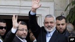 Gazze'nin Hamas üyesi Başbakanı İsmail Haniye ve Mısır Başbakanı Hişam Kandil Gazze'de