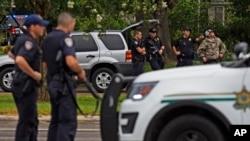 路易斯安那州巴吞鲁日市警察遭枪击后,执法人员设置了一道路障(2016年7月17日)