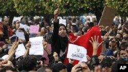 星期三,數百名抗議者在首都突尼斯市舉行集會,要求斷絕與舊執政黨的一切聯繫。