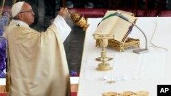 Le pape François célèbre Pâques lors d'une messe au Vatican, le 16 avril 2017.