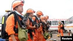 20일 새벽 중국 안후이성 화이난시 탄광이 붕괴한 가운데, 구조대가 매몰된 광부들을 구출하기 이해 출동 준비를 하고 있다.