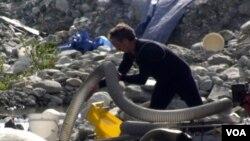 汲取河泥的粗管(美国之音国符拍摄)