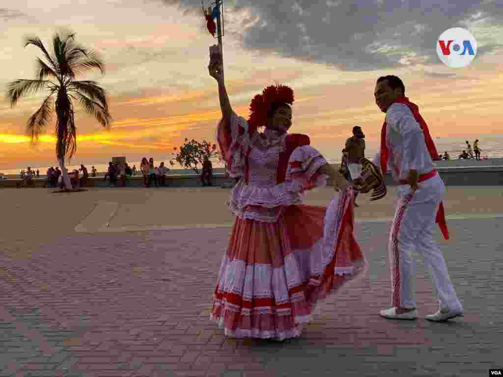 La cumbia cienaguera se baila en el malecón del municipio caribeño de Ciénaga, Colombia.