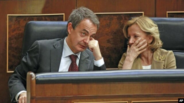 Spain's Prime Minister Jose Luis Rodriguez Zapatero (l) talks to Spain's Economy Minister Elena Salgado during a parliamentary session at Spanish parliament in Madrid, March 9, 2011