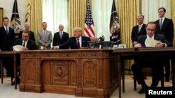 ABD Başkanı Donald Trump, Beyaz Saray'da Sırbistan Cumhurbaşkanı Aleksandar Vucic ve Kosova Başbakanı Abdullah Hoti'yi ağırladı.
