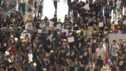 """香港""""萬人接機""""在機場向旅客解釋反送中運動"""