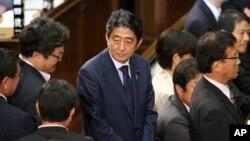 آقای آبه ۶۳ ساله است و از سال ۲۰۰۶ متناوب به نخست وزیری ژاپن رسیده است.