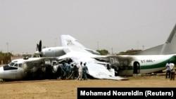 Pesawat penumpang Antonov duduk di landasan setelah jatuh ketika dibatalkan lepas landas di ibu kota Sudan, Khartoum, 2 Juni 2005. Lima orang tewas, kata seorang pejabat penerbangan sipil Sudan. (Foto: REUTERS/Mohamed Noureldin)