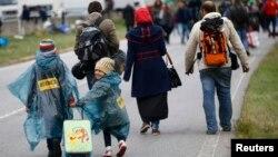 Para pengungsi menyeberangi perbatasan dari Hungaria ke Nickelsdorf, Austria (11/9).