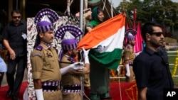 Ketua Menteri Jammu dan Kashmir, Mehbooba Mufti, memegang bendera nasional India yang jatuh ketika upacara dalam upacara pengibaran bendera di Hari Kemerdekaan di Srinagar, daerah Kashmir yang dukuasai India, Senin, 15 Agustus 2016.