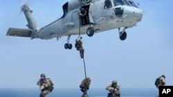 海豹突击队员从黑鹰直升机空降