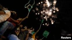 Palestinos celebran la tregua en la ciudad de Ramalah.