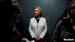 La candidate à la présidentielle Hillary Clinton attend dans un ascenseur avant le concert de Katy Perry à Philadelphie, Pennsylvanie, le 5 novembre 2015.
