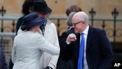 美国驻英国大使伍迪·约翰逊在威斯敏斯特大教堂参加年度英联邦纪念日时用肘部跟与会者打招呼。(2020年3月9日)