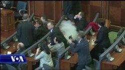 Perseri gaz lotsjelles ne parlamentin e Kosoves