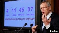 해리 리드 미 민주당 상원 원내대표가 26일 의회에서 잠정 예산안에 관한 입장을 밝히고 있다. 뒤에 있는 시계는 예산안이 부결될 경우 연방정부 폐쇄까지 남은 날짜와 시간을 표시한다.