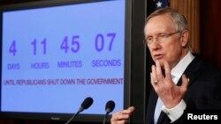 Senator Harry Reid mendiskusikan isu terkait kemungkinan penutupan sebagian pemerintah Amerika di Gedung Capitol, Washington DC (26/9).