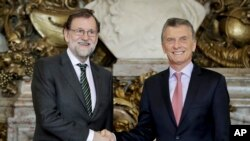 El presidente argentino, Mauricio Macri (derecha) se reunió con el presidente del gobierno español, Mariano Rajoy, en la Casa Rosada, en Buenos Aires, el 10 de abril, de 2018.
