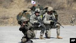 """Tentara AS dan Korea Selatan tengah mendemonstrasikan posisi mereka sebagai bagian dari latihan militer bersama """"Foal Eagle"""" di Rodriquez Multi-Purpose Range Complex, Pocheon, utara kota Seoul, Korea Selatan, 25 Maret 2015 (Foto: dok)."""