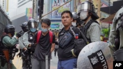 香港銅鑼灣,防暴警察在反對北京國家安全立法的示威活動中拘留抗議者。 (2020年5月24日)