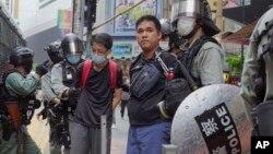 Người biểu tình Hong Kong bị cảnh sát bắt giữ hôm 24/5.