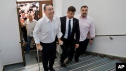 부패 혐의로 기소된 빅토리 폰타 루마니아 총리가 13일 대질심문을 위해 검찰성에 출두했다.