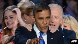 Presiden AS Barack Obama dan Wapres Joe Biden merayakan kemenangan dalam pilpres AS di Chicago, Illinois, Rabu dini hari (7/11).
