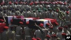 Militer Mesir di Kairo melakukan upacara pemakaman bagi 16 tentara Mesir yang tewas dibunuh oleh militan Islamis di Semenanjung Sinai, dekat perbatasan Israel (8/8).