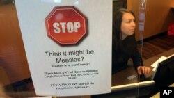 Un signe prévient les patients des symptômes de la rougeole dans un cabinet de pédiatre à Scottsdale, Arizona, le 7 février 2015.