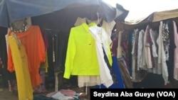 Les vêtements d'occasions exposés au marché de Colobane à Dakar, 17 juin 2017. (VOA/ Seydina Aba Gueye)