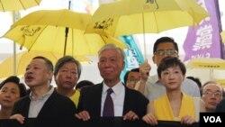 2019年4月24日在香港西九龙法庭外香港民主派支持占中九子 (美国之音记者申华拍摄)