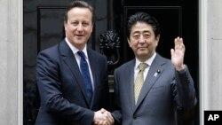 영국을 방문 중인 아베 신조 일본 총리(오른족)가 1일 런던 총리관저에서 데이비드 캐머런 영국 총리와 정상회담을 가졌다.