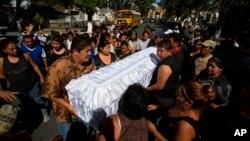 """El presidente de Guatemala, Jimmy Morales, reconoció que el sistema de protección estatal a menores: """"es un sistema rígido que se vuelve insensible"""". Prometió reformarlo para proteger a 1.500 niños que están en centros públicos en todo el país, muchos levantan ya la voz y exigen justicia por la muerte de las menores."""