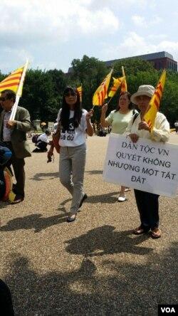 Cộng đồng người Việt ở Mỹ biểu tình trước Tòa Bạch Ốc phản đối thái độ nhu nhược của nhà cầm quyền Việt Nam trước Trung Quốc. (Ảnh: Khánh An-VOA)