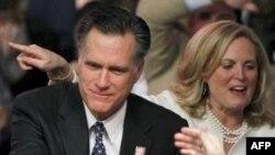 Cựu Thống đốc bang Massachusetts Mitt Romney và vợ chào đón những người ủng hộ tại Đại học Southern New Hampshire ở Manchester, NH, 10/1/2012