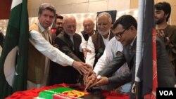 دافغانستان د استقلال په مناسبت کیک پریکولی شي
