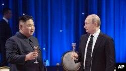 Kim Conq Un və Vladimir Putin