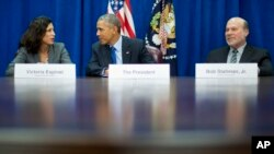 President Barack Obama talks with Victoria Espinel, CEO The Software Alliance, left, as Bob Stallman Jr. President American Farm Bureau
