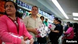 Warga di Caracas mengantre di kasir pasar swalayan untuk membeli tisu toilet yang sedang langka. (Reuters/Jorge Silva)