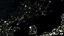 지난 2005년 미 항공우주국에서 촬영한 한반도 주변 야간 위성사진. 북한 지역에서는 불빛을 찾아보기 어렵다.