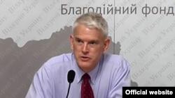 Стівен Пайфер, експосол США в Україні, 1998-2000