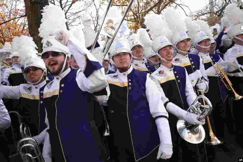 Los miembros de la banda de música de la Universidad de Western Carolina animan mientras pasan las carrozas durante el desfile.