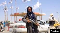 Sejumlah anggota kelompok militan Taliban terlihat di Kota Ghazni, Afghanistan, 14 Agustus 2021. (Foto: Reuters)