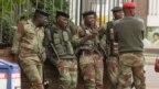 ジンバブエの中央ハラレ、2017年11月16日、通りに兵士が見られる。