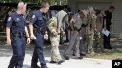Полицейские осматривают место происшествия