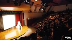 六四舞台最近在香港城市大學公演《在廣場放一朵小白花》,約有8成入座率